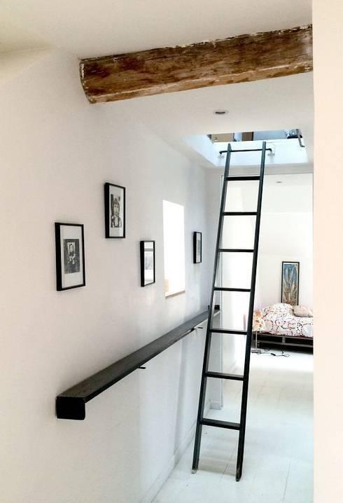 Comment cacher une échelle?: Couloir, entrée, escaliers de style de style Moderne par Atelier d'Ersu & Blanco