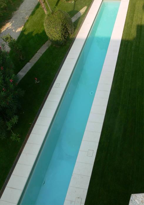 Acqua e verde: Piscina in stile in stile Moderno di architetti5