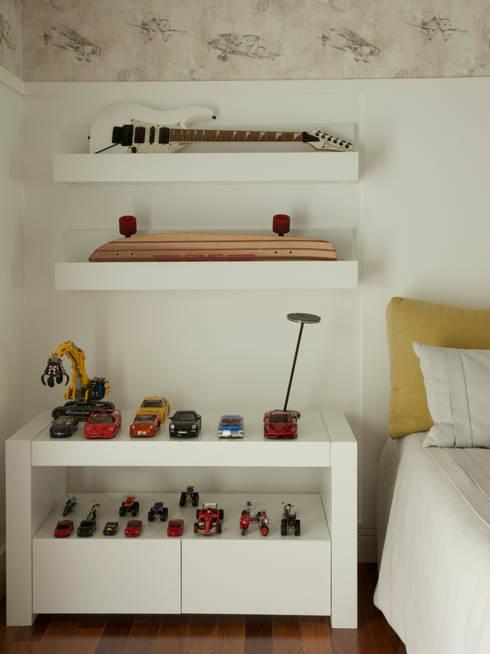 Detalhes que dão personalidade ao quarto: Quarto de crianças  por Vilma Massud Design de Interiores