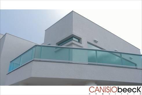 A20 Residência: Casas modernas por Canisio Beeck Arquiteto