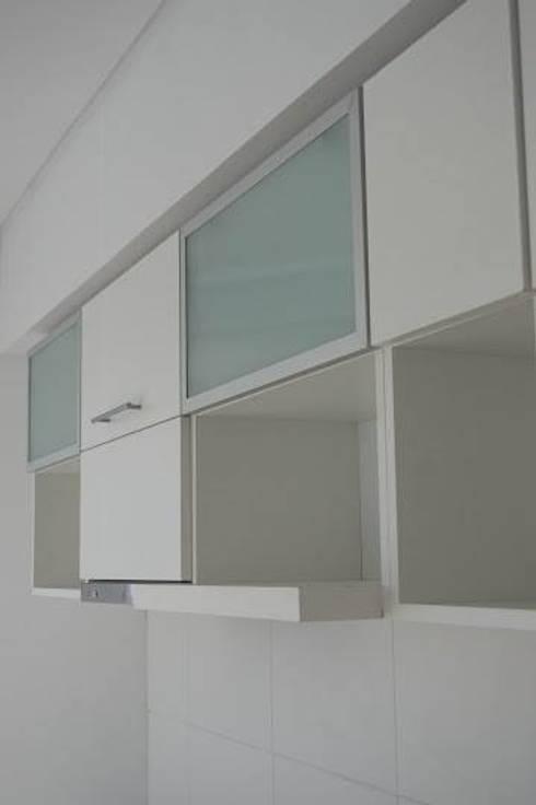Guardado de cocina, puertas pushopen vidriadas y melaminicas cantos ABS.: Cocinas de estilo minimalista por MINBAI