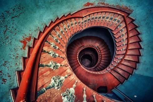 Escaleras espectaculares de caracol: Pasillos y vestíbulos de estilo  de key home designers