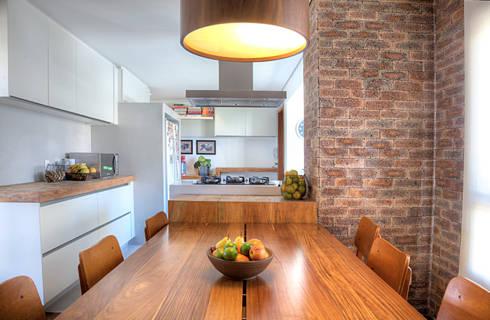 Triplex Alto de Pinheiros: Cozinhas modernas por studio scatena arquitetura