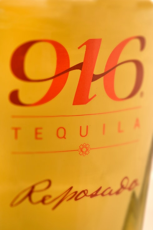 Detalle botella Tequila 916 reposado: Arte de estilo  por Disémica