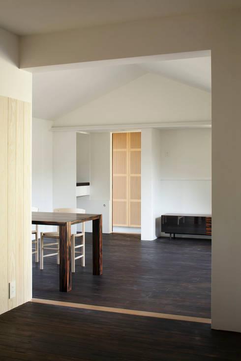 リビングダイニング(書斎コーナーから): 山田伸彦建築設計事務所が手掛けたリビングです。