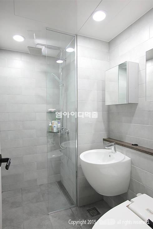중랑구 신내동 데시앙아파트 32평형: MID 먹줄의  욕실