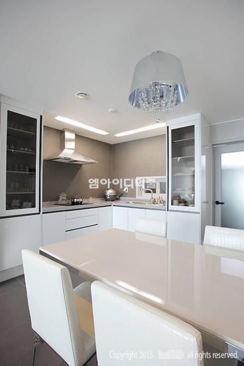 중랑구 신내동 데시앙아파트 32평형: MID 먹줄의  주방