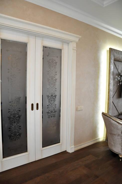 """КРЕМ-БРЮЛЕ """"ПО-КЛАССИЧЕСКИ"""": Окна и двери в . Автор – студия дизайна архитектурной среды 'S-KVADRAT'"""