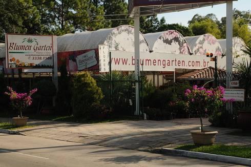 Entrada da Empresa: Espaços comerciais  por Blumengarten Plantas e Flores LTDA