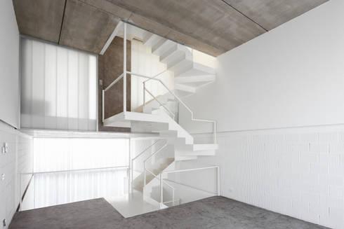 Escalera: Salones de estilo clásico de RUE