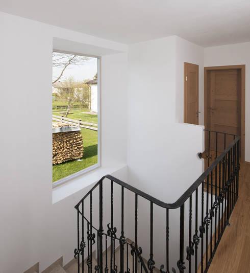 Wohnhaus Otterfing:  Flur & Diele von gerstmeir inić architekten