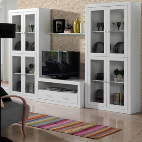 Conjunto de salón Kynus blanco, diseño robusto en pino macizo y Mdf lacado.: Salones de estilo clásico de Icommers Every S.L.