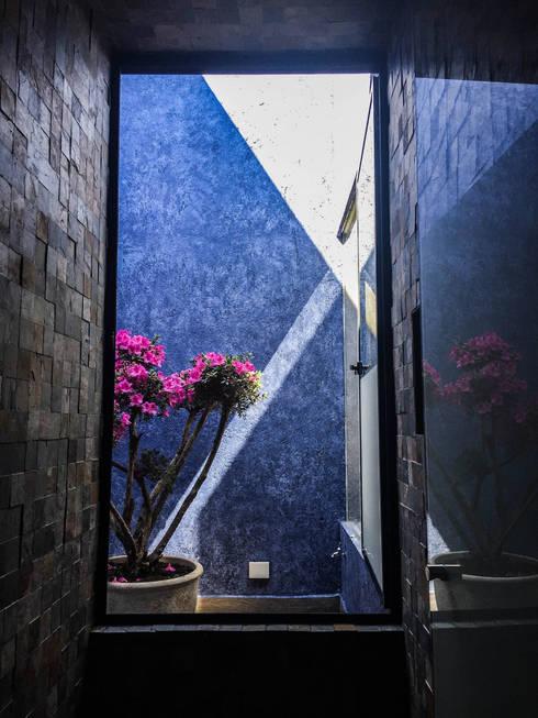 Casa J&J: Baños de estilo  por [TT ARQUITECTOS]