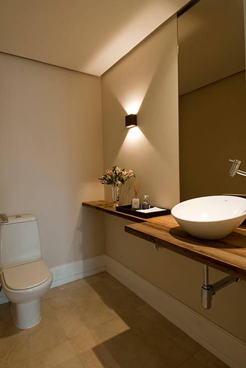 Apartamento Itaim: Banheiros modernos por Marcella Loeb