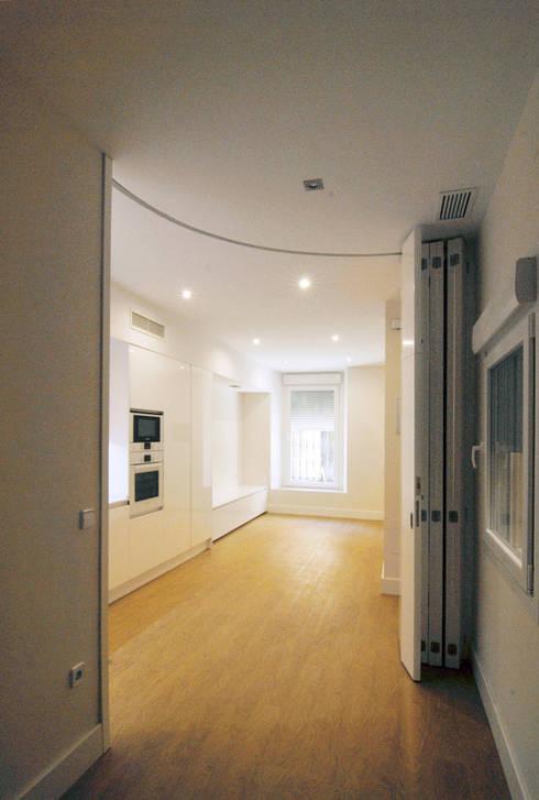 Reforma de Apartamento en Sevilla: Puertas y ventanas de estilo minimalista de CM4 Arquitectos