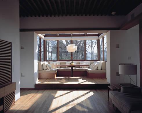 Mountain Villa: アシハラヒロコデザイン事務所が手掛けたダイニングです。