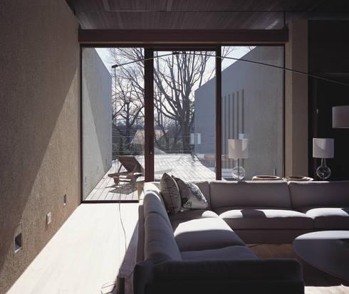 Mountain Villa: アシハラヒロコデザイン事務所が手掛けたリビングです。