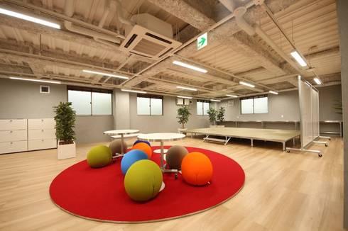 自然と生まれるコミュニケーション: 株式会社ヴィスが手掛けたオフィススペース&店です。