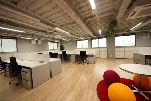緊張感と開放感が共存する空間: 株式会社ヴィスが手掛けたオフィススペース&店です。