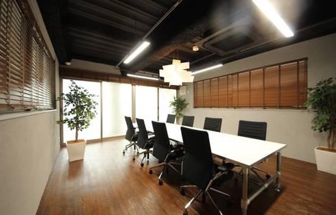明るく落ち着いたミーティングスペース: 株式会社ヴィスが手掛けたオフィススペース&店です。