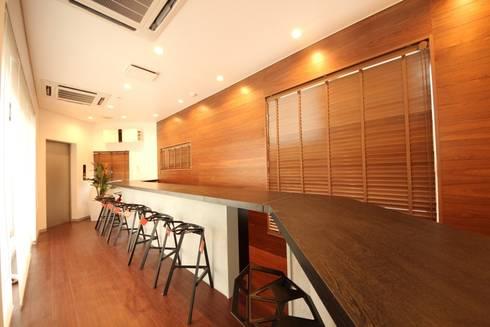 活発な議論を誘発するデザイン: 株式会社ヴィスが手掛けたオフィススペース&店です。