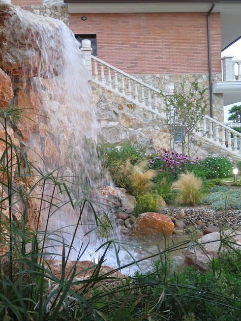 Jardin con cascada de landshaft homify for Cascadas de jardin