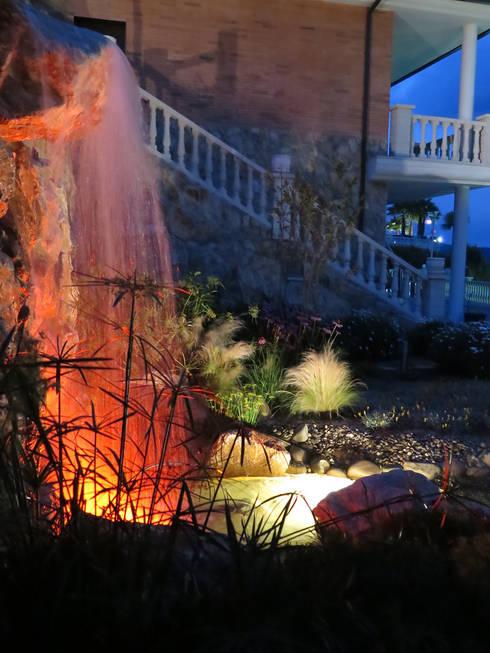 Cascada de noche: Jardines de estilo  de LANDSHAFT