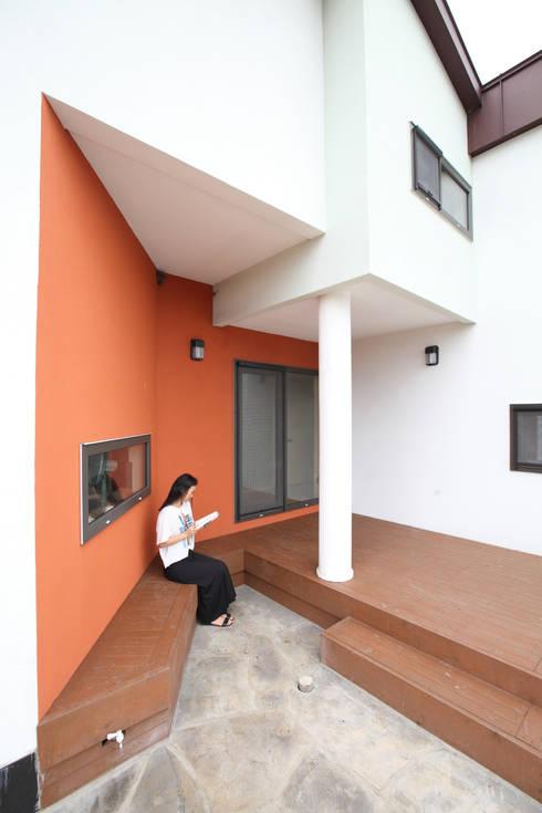 처마밑 데크공간: 주택설계전문 디자인그룹 홈스타일토토의  베란다