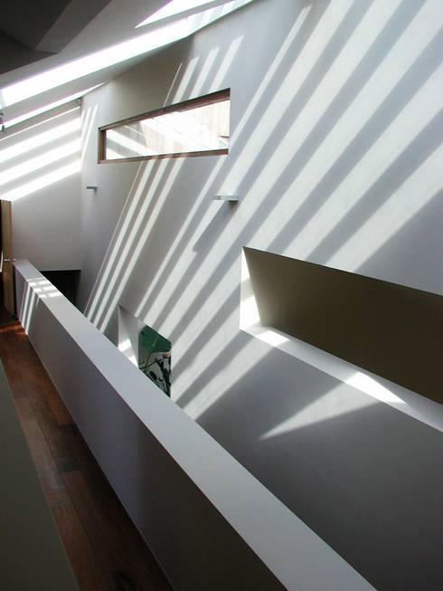 Pasillos y vestíbulos de estilo  por Giles Jollands Architect