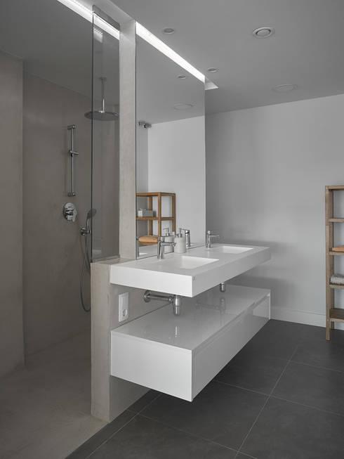 Bagno in stile in stile Moderno di CM4 Arquitectos