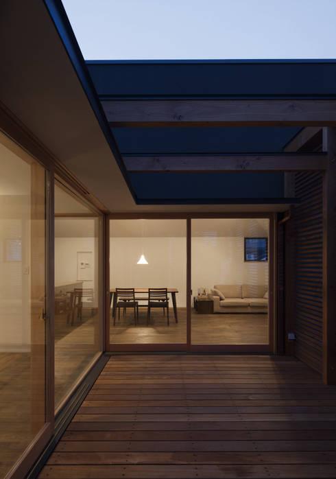岡本の家: アトリエ・ブリコラージュ一級建築士事務所が手掛けたテラス・ベランダです。