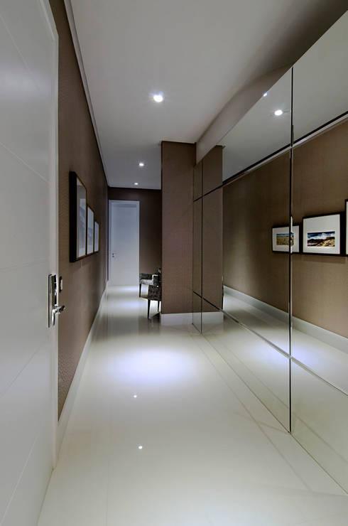 A31 Residência: Corredores e halls de entrada  por Canisio Beeck Arquiteto