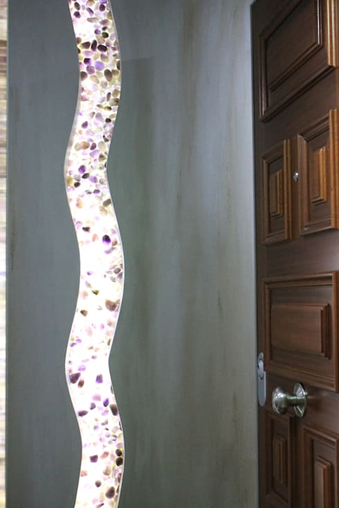 Grieta con amatistas en tabiqueria interior: Pasillos y vestíbulos de estilo  de Cool Global Services