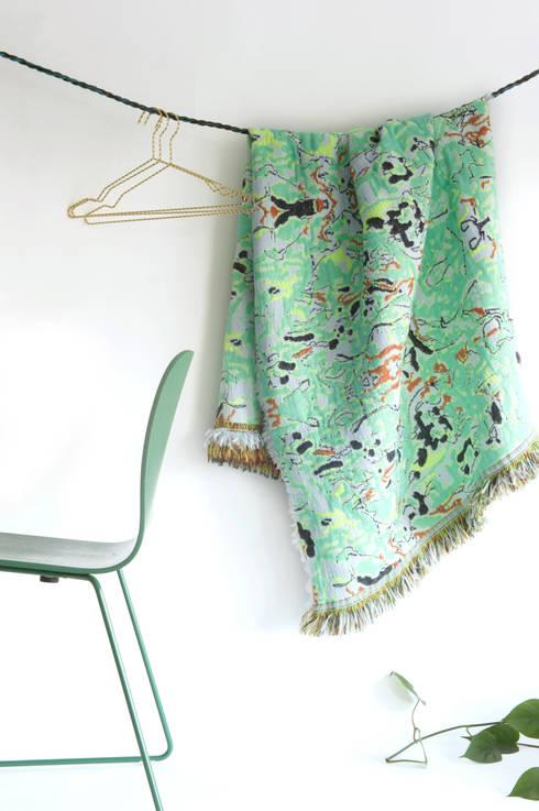 Fringe Plaid N°1  - Fun Green: eclectische Woonkamer door Roos Soetekouw Design