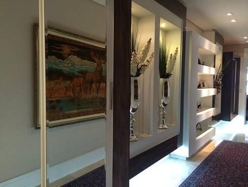 Corredor: Corredor, vestíbulo e escadas  por Sgabello Interiores