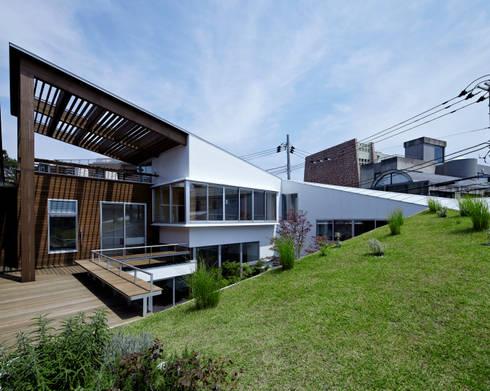 屋上庭園: 工藤宏仁建築設計事務所が手掛けたベランダです。