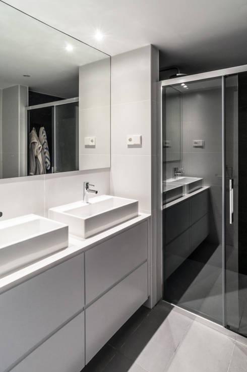 vivienda A-MOR-I-SART estudiocincocincouno_Madrid 2014: Baños de estilo moderno de estudio551