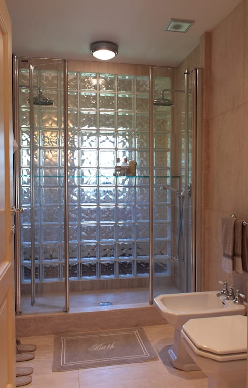 bagno: Bagno in stile in stile classico di Gaia Brunello | Photo&HomeStaging
