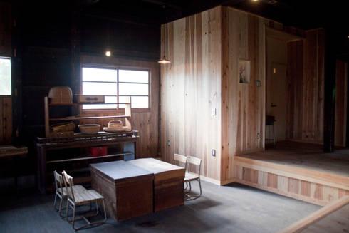森の家 土間の片隅: 井上貴詞建築設計事務所が手掛けた壁です。