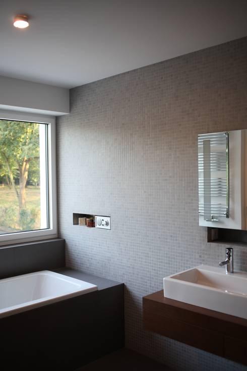 Das Haus, das aus der Reihe tanzt:  Badezimmer von Ivo Nikolov Architekt