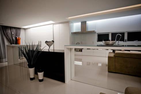 Apartamento E&E.S - Cozinha: Sala de jantar  por Kali Arquitetura