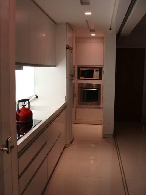 APP | Cozinha: Armários e bancadas de cozinha  por Kali Arquitetura