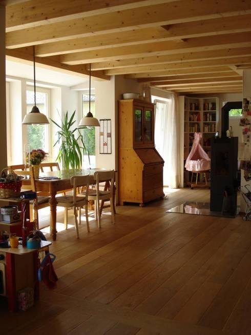Wohngesundes Holzhaus - modern und kostengünstig:  Esszimmer von Neues Gesundes Bauen