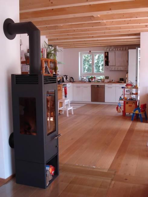 Wohngesundes Holzhaus - modern und kostengünstig:  Wohnzimmer von Neues Gesundes Bauen
