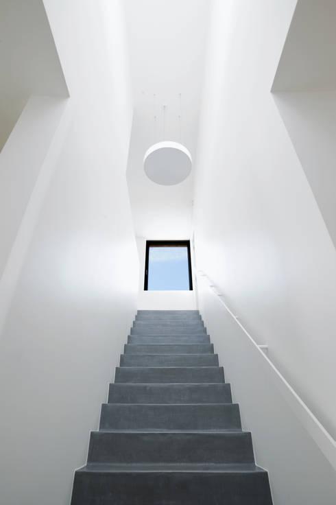 Corredores e halls de entrada  por STEINMETZDEMEYER architectes urbanistes