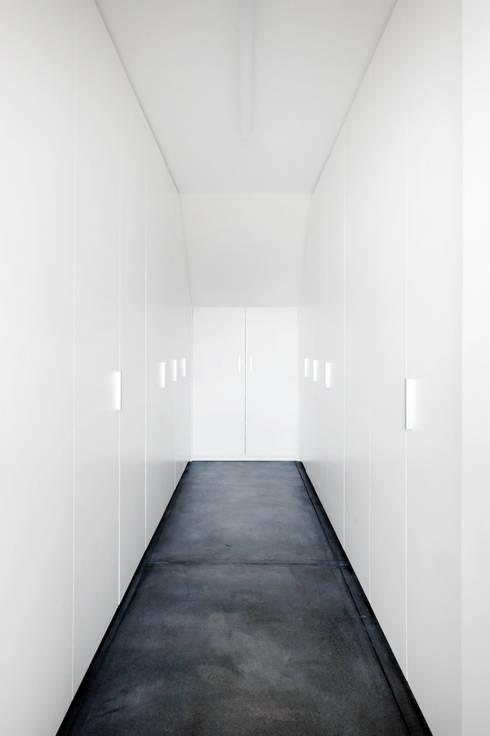 Niedrigenergiehaus in Filsdorf - Haus Kieffer: klassische Ankleidezimmer von STEINMETZDEMEYER architectes urbanistes