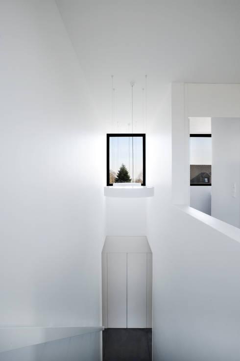 Niedrigenergiehaus in Filsdorf - Haus Kieffer:  Flur & Diele von STEINMETZDEMEYER architectes urbanistes