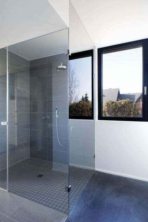 Niedrigenergiehaus in Filsdorf - Haus Kieffer: klassische Badezimmer von STEINMETZDEMEYER architectes urbanistes