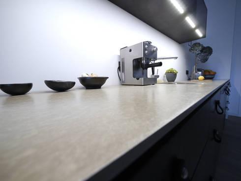 Kitchen Noire: minimalistische Küche von van risk