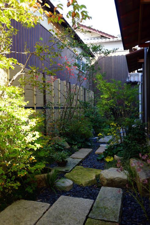 Jardines de estilo ecléctico de にわいろSTYLE